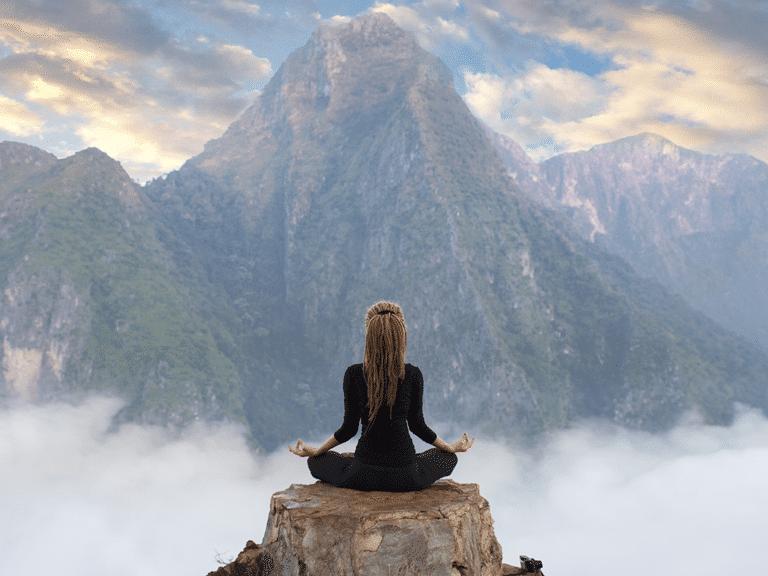 Meditando frente a montaña